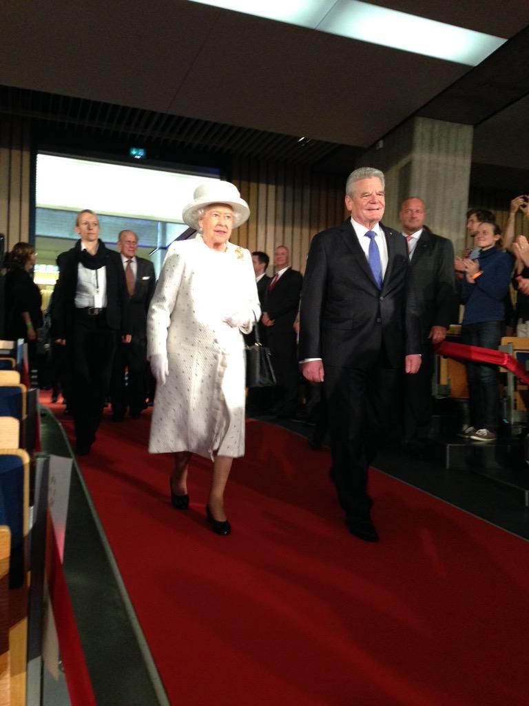Die Queen betritt an der Seite des Bundespräsidenten die TU Berlin.