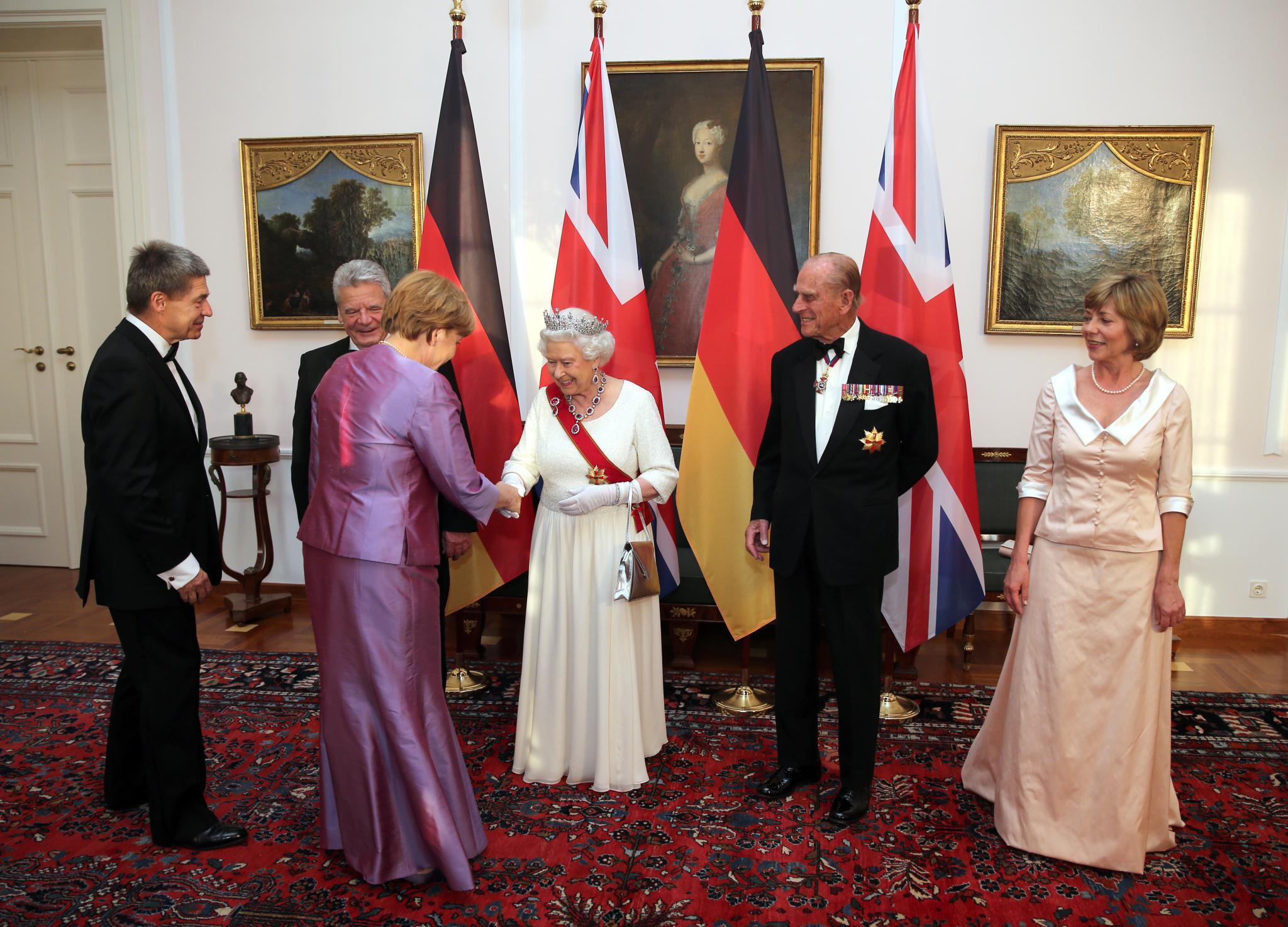 Bundeskanzlerin Angela Merkel und ihr Mann Joachim Sauer gehören zu den rund 130 Gästen, die beim großen Defilee vor dem Dinner noch einmal die Queen begrüßen.
