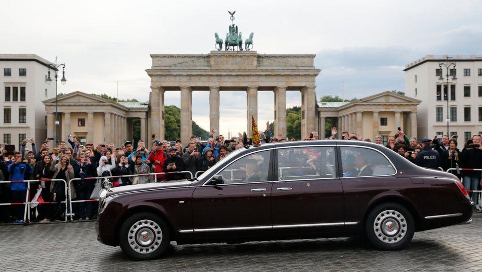 Am Freitag fährt die Queen nicht nur am Brandenburger Tor vorbei, sie schreitet auch hindurch.