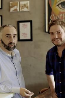 """Ein ganzer und ein halber Spanier: Atilano Gonzalez und Daniel Brühl führen die Berliner """"Bar Raval""""."""