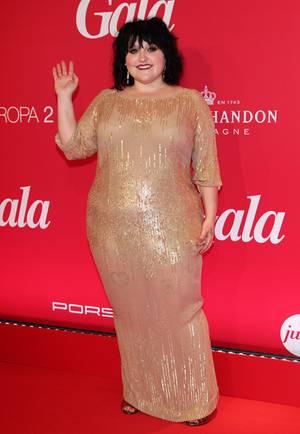 Beth Ditto glänzte nicht nur mit ihrem tollen Auftritt bei der GALA-Jubiläumsfeier zum 20. Geburtstag auf der MS Europa 2, sondern auch im goldenen Pailletten-Kleid von Marina Rinaldi.