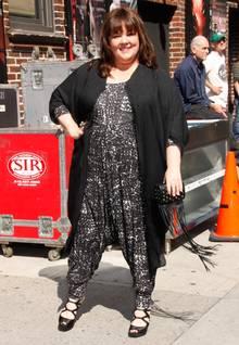 Keine Angst vor auffälligen Muster: Melissa McCarthy zeigt, wie stylisch zum Beispiel ein weiter schwarz-weißer Jumpsuit auch bei molligen Frauen aussehen kann.