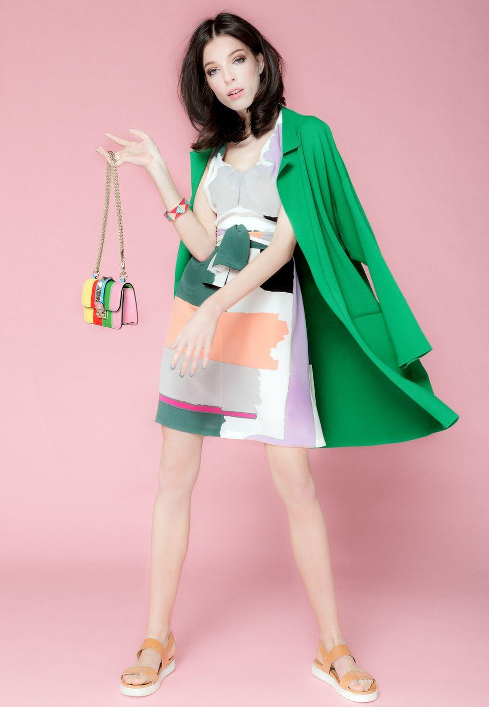 Kleid von Raoul, Sandalen von Chloé. Mantel von Stella McCartney, Tasche von Valentino, beides über Unger, Hamburg