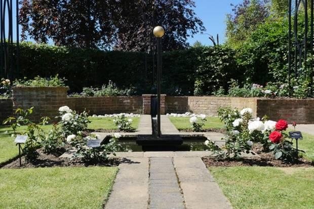 """RIngs um einen Mittelpunkt wurde die Rosenart """"Princess of Wales"""" mit einigen anderen Sorten gemischt geplanzt - die Gartendesigner versprechen sich und den Besuchern großartige Dufterlebnisse."""