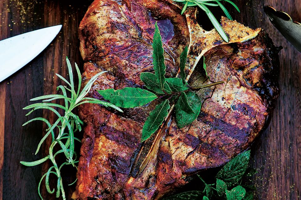 T-Bone-Steak mit Salsa Verde und Wildkräutersalat