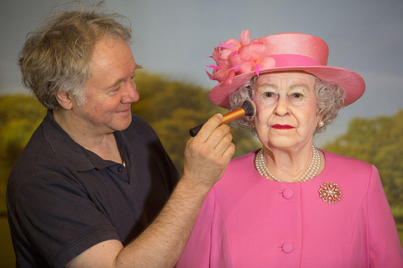 Dieser Mann hat die Queen geschminkt: der Schöpfer der Wachsfigur im Hamburger Panoptikum, Gottfried Krüger.