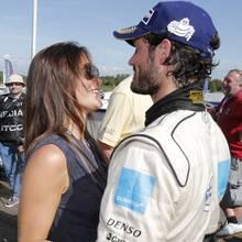 Prinzessin Sofia begrüßt ihren Mann, Prinz Carl Philip, mit einem Lächeln - und gleich gibt es einen Kuss für den Sieger.