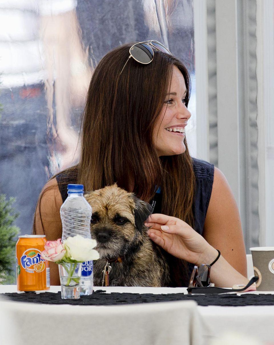 Süße Prinzessin Sofia: Während ihr Mann sich auf das Rennen vorbereitet, genießt sie mit Freunden und Hund das Mittagessen und plaudert.