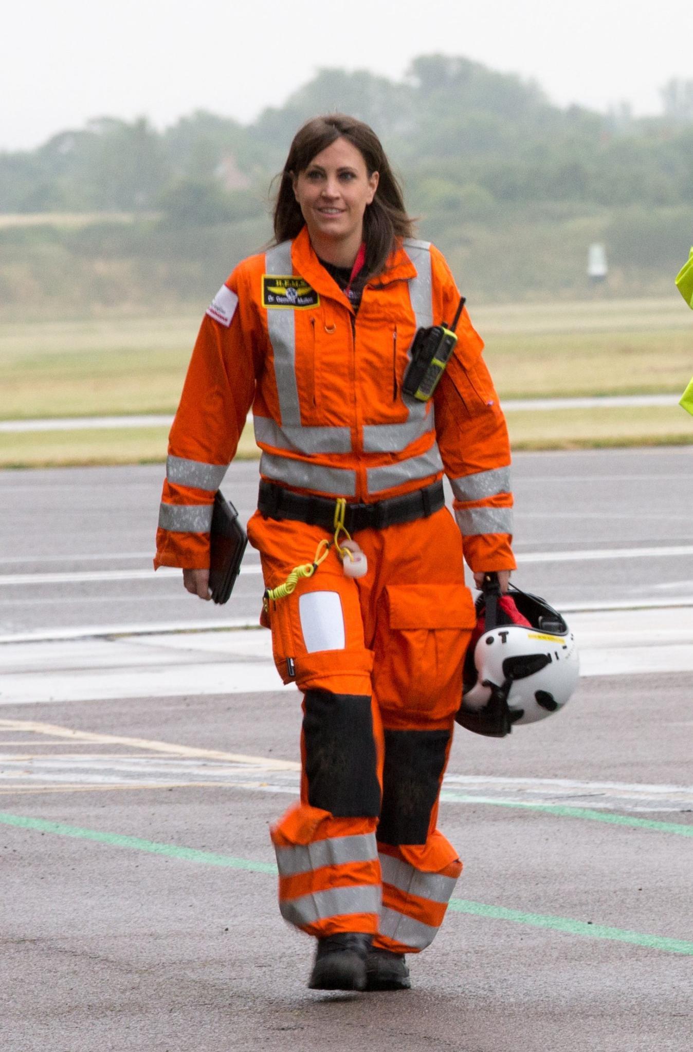 """DR. Gemma Mullen, 33,ist eine neue Kollegin von Prinz William bei der """"East Anglian Air Ambulance"""". Mit ihren langen braunen Haare und ihren Gesichtszüge erinnere sie an Williams Frau Kate, finden die Reporter britischer Medien."""