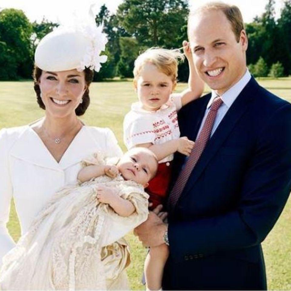 Das Herzogpaar von Cambridge präsentiert stolz seine süßen Kinder: den knapp zweijährigen Prinz George und die frisch getaufte Prinzessin Charlotte.