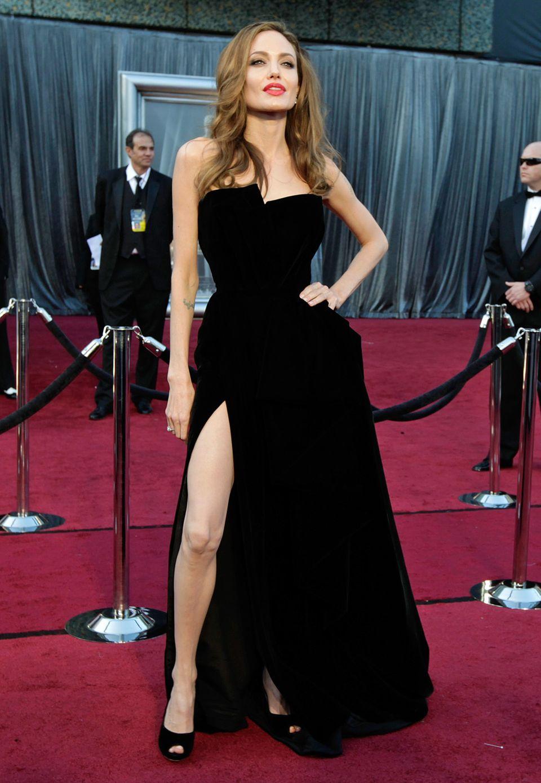 Bei den Oscars 2012 fiel bei dem Kleid von Angelina Jolie vor allem eins auf: der extrem hochangesetzte Beinschlitz. Über ihre Pose in der Robe von Atelier Versace und ihr endlos lang wirkendes Bein wurden noch Tage nach der Veranstaltung gesprochen.