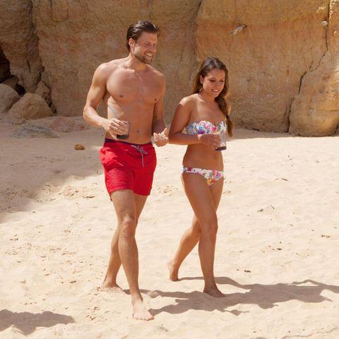 Bachelorette Alisa und Kandidat Gordon verstehen sich am Strand von Portugal sehr gut.