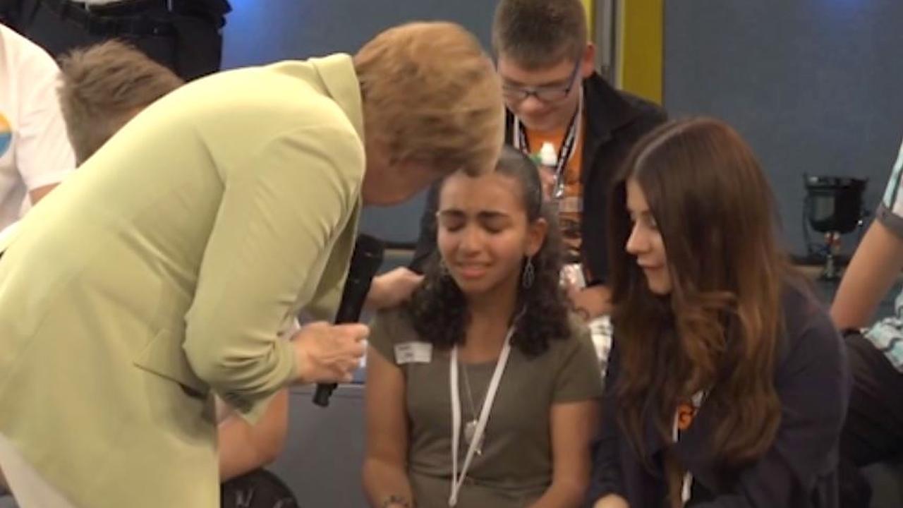 Angela Merkel und das weinende Mädchen: So reagiert das Netz auf #merkelstreichelt