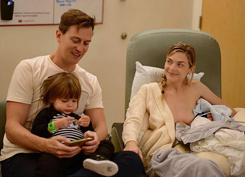 Mit diesem intimen Familienbild verkündet Jaime King die Geburt ihres zweiten Sohnes. Neben ihr sitzen Ehemann Kyle Newman und der kleine James.