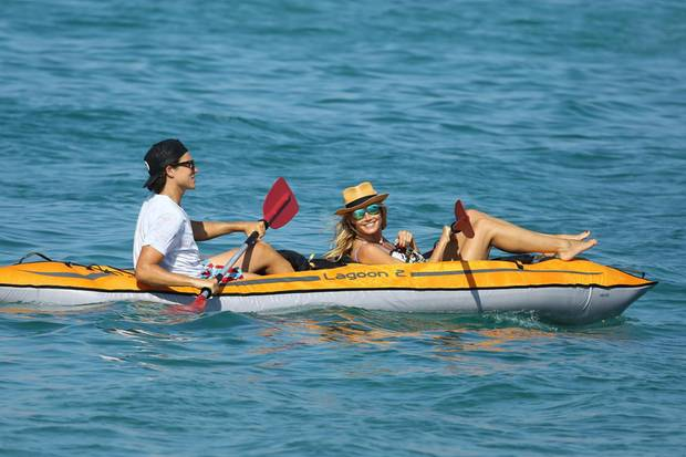 Heidi und Vito haben sichtlich Spaß bei ihrer kleinen Paddeltour auf dem offenen Meer.