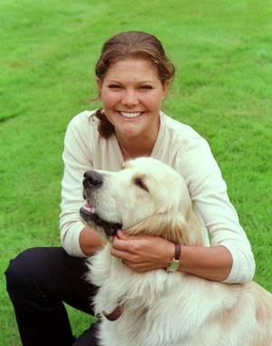 Die damals 20-jährige Prinzessin Victoria tobt mit dem Hund ihrer Großtante Lilian durch die Gärten von Solliden.