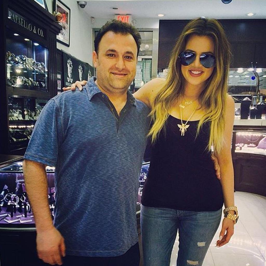 """Der Instagram-Account seiner Firma """"Rafaello & Company"""" ist wie ein kleines Star-Fotoalbum. Seite an Seite posiert Aron Aranbayev auf seinen Schnappschüssen mit den Promis Hollywoods. Mit dabei: Khloé Kardashian."""
