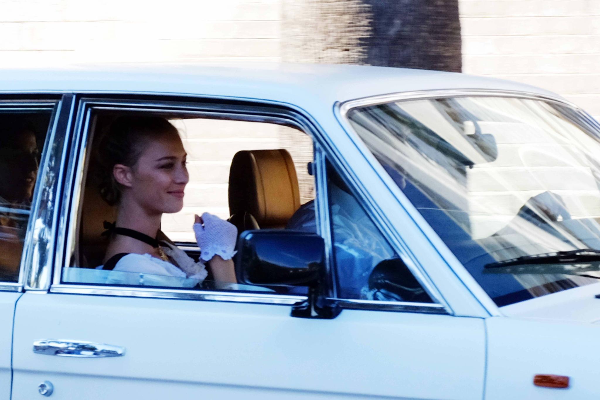 Hier kommt die Braut: Beatrice Borromeo fährt in einem weißen Bentley vor. Viel zu sehen von ihrem Trauungs-Outfit gibt es nicht, aber ein bisschen weiß und schwarz lässt sich erahnen.