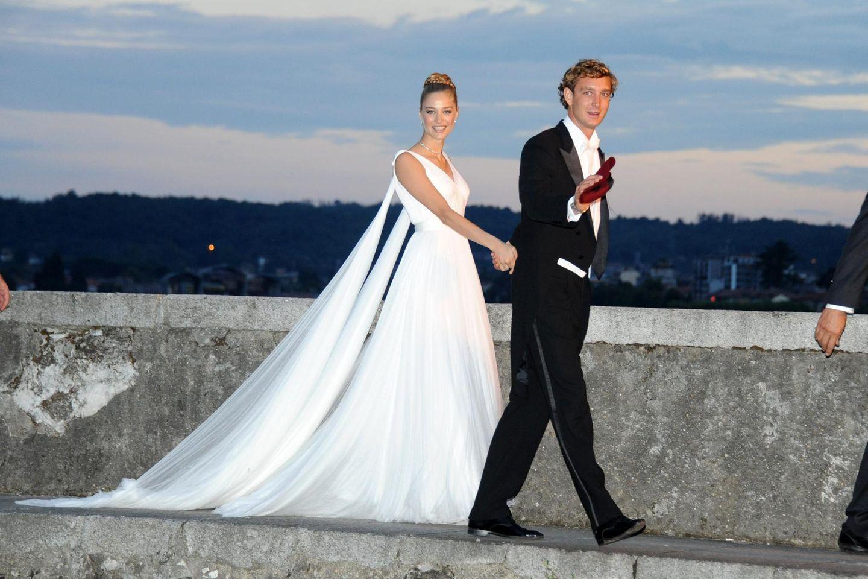 Schneeweißer Chiffon und eine meterlange Schleppe: Beatrice Borromeo strahlt an der Seite ihres frisch angetrauten Ehemannes Pierre Casiraghi in ihrem insgesamt fünften Brautkleid.