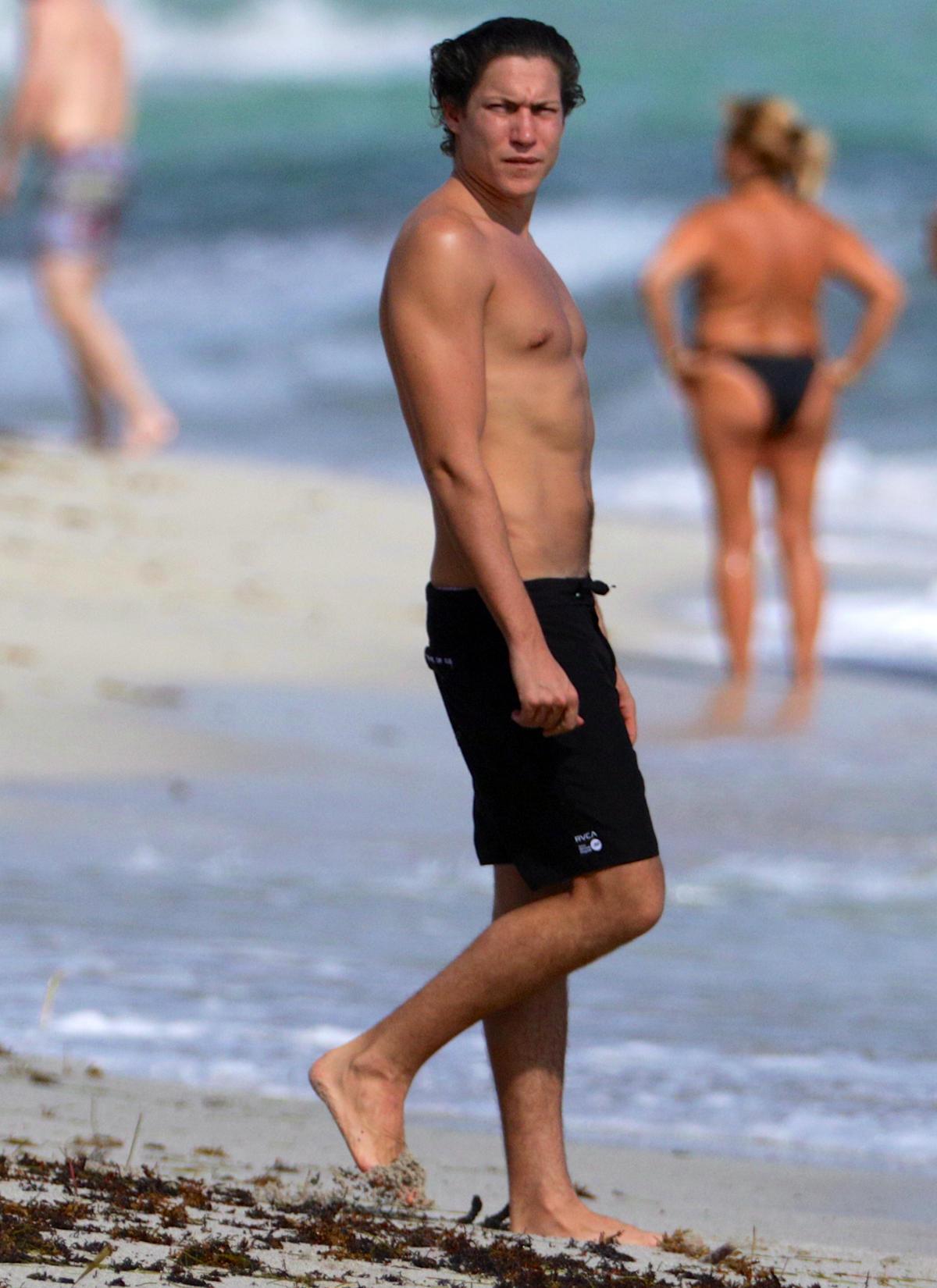 Der 29-jährige Kunsthändler Vito Schnabel präsentiert neuerdings gerne seinen gut durchtrainierten Oberkörper - hier beim Schwimmen in Miami.