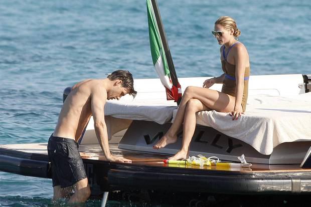 La Dolce Vita: Johannes Huebl und Olivia Palermo genießen die Erfrischung des Mittelmeeres, ehe sie sich wieder auf dem Deck der Jacht sonnen.