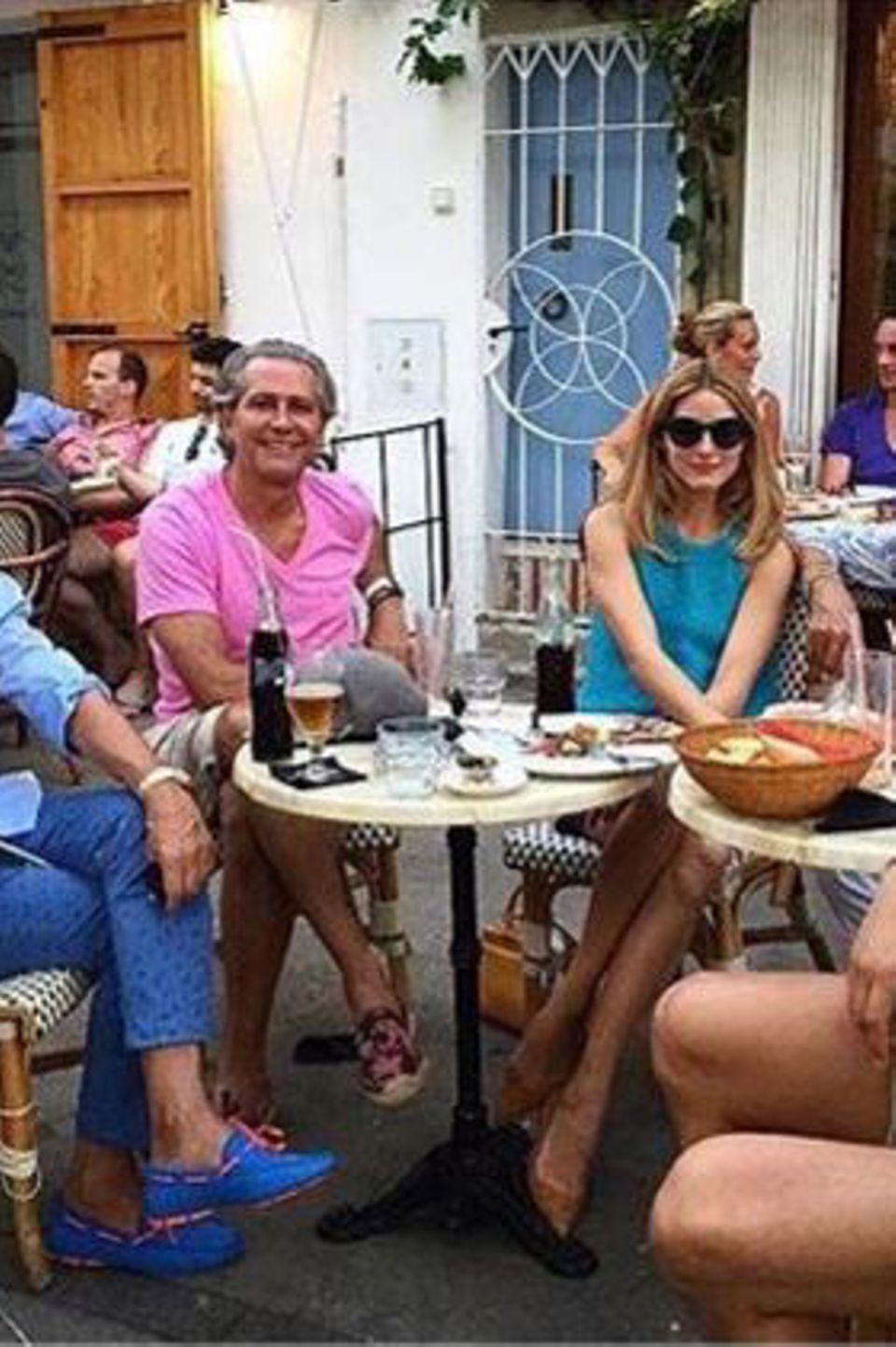Johannes Huebl (ganz links) und Olivia Palermo lunchen mit Giancarlo Giametti (2. v. links) und Valentino (ganz rechts) sowie weiteren Freunden.