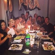 Rita Ora (hinten links) feiert mit ihren Freunden. Vorne: das ominöse Tütchen