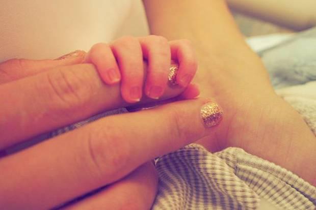 Süß! Taylor Swift postet dieses niedliche Bild, auf dem die winzige Hand ihres Patenkindes ihren Finger umklammert.
