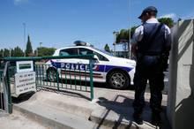 """Ein Polizist bewacht einen Eingang zu dem sonst öffentlichen, nun abgesperrten Strand """"La Mirandole"""" in Vallauris Golfe-Juan."""
