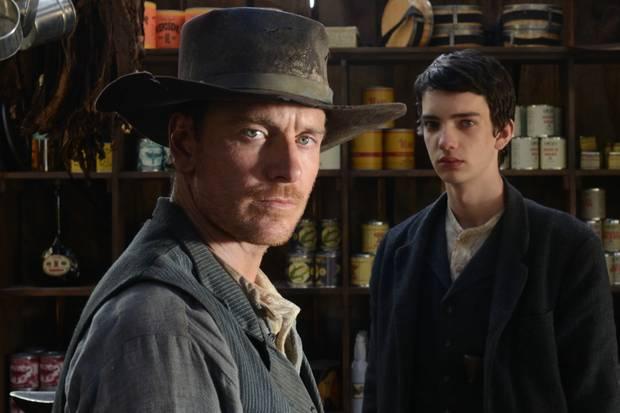 """NIcht auf Anhieb ein gutes Team: Silas (Michael Fassebnder) und Jay (Kodi Smit-Mcphee) im wundebaren Neo-Western """"Slow West"""""""