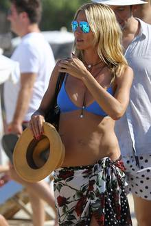 Als lässig gekleidetes Beach-Babe zieht Heidi Klum am Strand von St. Tropez alle Blicke auf sich. Zu ihren Urlaubs-Musthaves gehören nicht nur Bikini, blau reflektierende Sonnenbrille und Strohhut, sondern auch ein geblümtesr Pareo, den sie sich cool um die Hüften knotet.