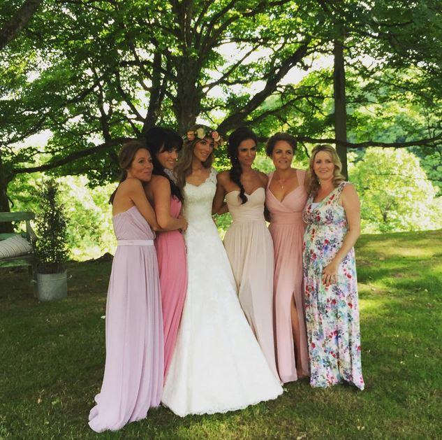 Überglücklich posiert Jacqui Ainsley mit ihren Brautjungfern
