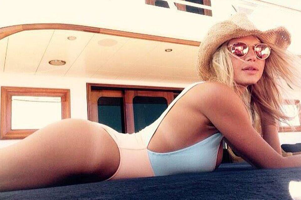 Perfekte Kurven auf 1,75 m Körpergröße: Die schöne 25-Jährige sonnt sich während des Jachturlaubs im Mittelmeer.