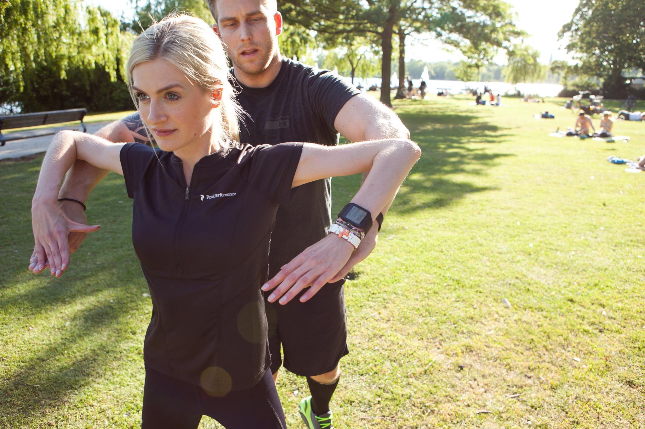 """Zu einer Fitness-Einheit gehören natürlich auch immer Dehnübungen. Dass Gala.de-Redakteurin die """"SmartWatch 3"""" am Handgelenk hat, fällt ihr dabei überhaupt nicht auf."""
