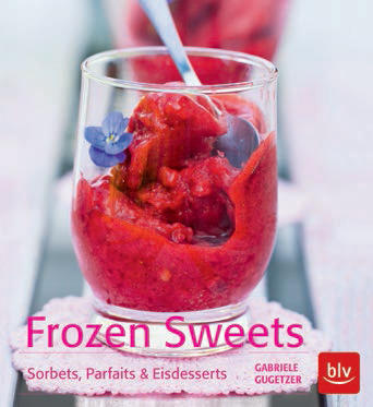 """Eiskalte Erfrischungen wie in der Eisdiele? Mit dem neuen Buch von Gabriele Gugetzer auch zu Hause kein Problem. Ihre Rezepte wie Mango-Sorbet, Eclairs mit Matcha-Eis-Füllung oder Erdbeer-Granita lassen sich einfach zubereiten – auch ohne Eismaschine. (""""Frozen Sweets"""", BLV, 128 S., 14,99 Euro)"""