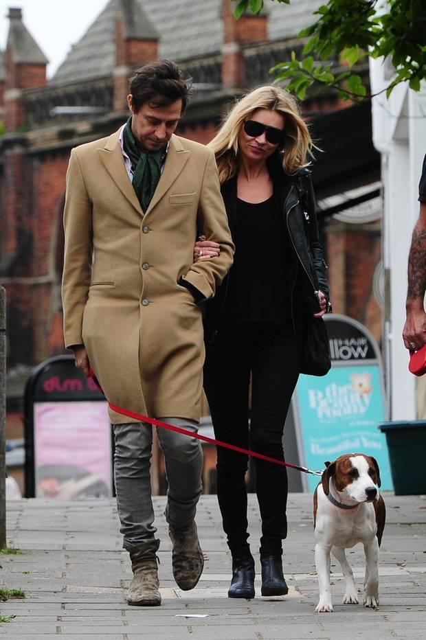 Jamie Hince und Kate Moss haben Hündchen Archie aus Italien gerettet und ihn beide so sehr ins Herz geschlossen, dass bei einer Trennung vermutlich ein erbitterter Streit um das geliebte Haustier entbrennen wird