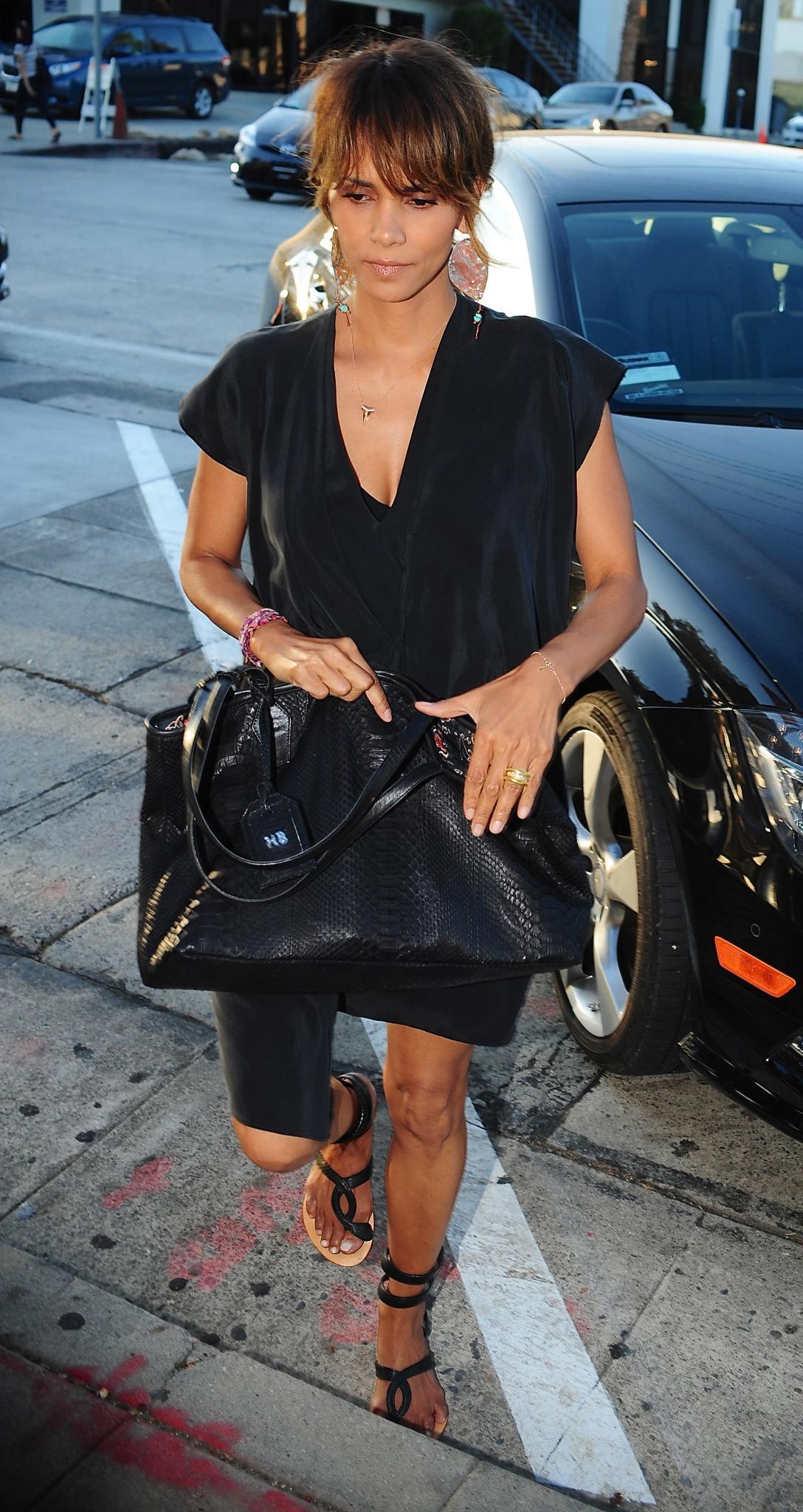 Halle Berry streckt den Paparazzi demonstrativ ihre Hand inklusive Ring entgegen