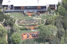 Am Tag nach der Hochzeit sieht es im Garten von Jennifer Anistons und Justin Theroux' Anwesen schon wieder so aus, als sei nichts passiert.
