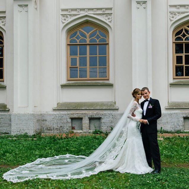 Kate Grigorieva trägt ein wunderschönes Hochzeitskleid von Zac Posen.
