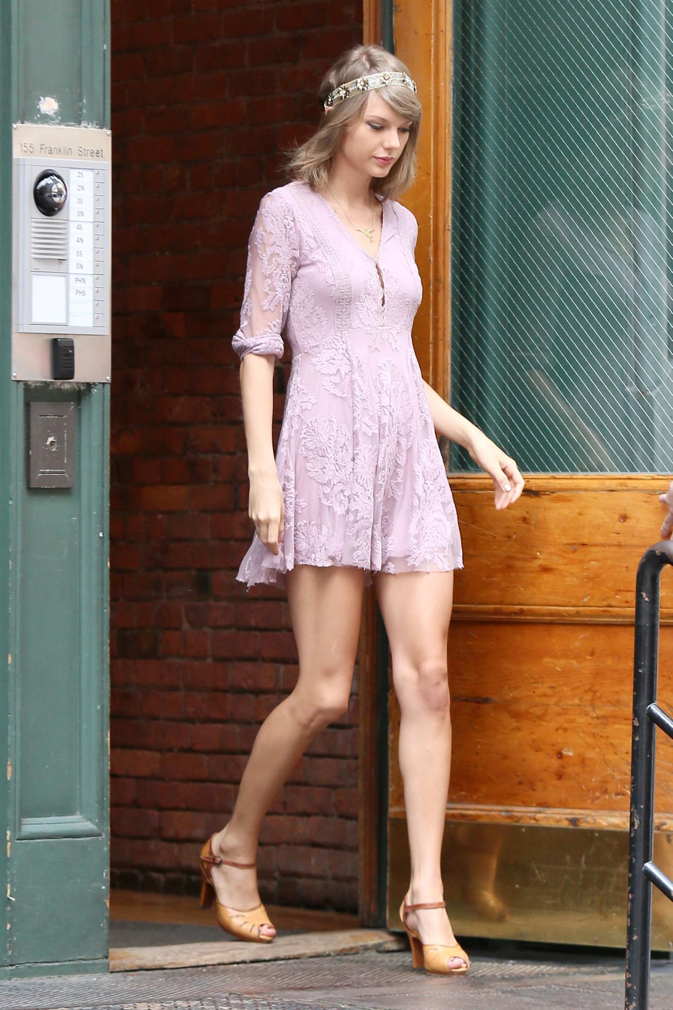 Wenn sie gerade nicht auf Tour ist, hält sich Taylor Swift vorzugsweise in ihrer Wohnung in New York auf. Sobald sie auf die Straße geht, bricht vor ihrer Haustür ein Blitzlichtgewitter los.