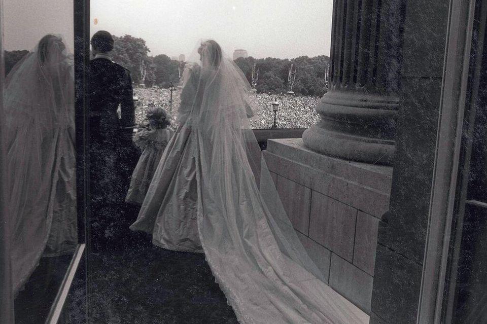 Prinzessin Diana und Prinz Charles nach ihrer Trauung auf dem Balkon des Buckingham Palastes