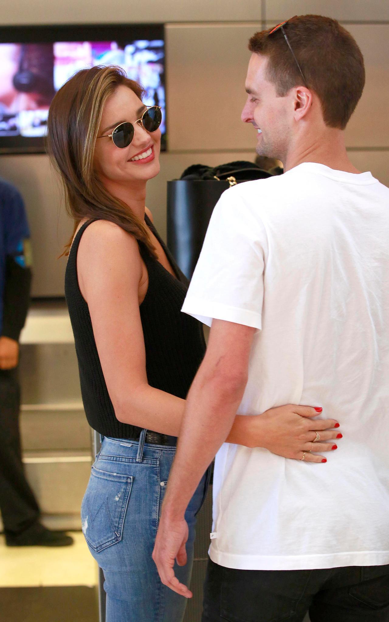 """Miranda Kerr hatte ebenfalls eine kurze Liaison mit James Packer. Offenbar hat er in ihr ein neues Beuteschema ausgelöst: Inzwischen datet das ehemalige """"Victoria's Secret""""-Model den """"Snapchat""""-Gründer Evan Spiegel. Bei dem Titel """"jüngster Milliardär Amerikas"""" stört auch der Altersunterschied von sieben Jahren nicht mehr."""