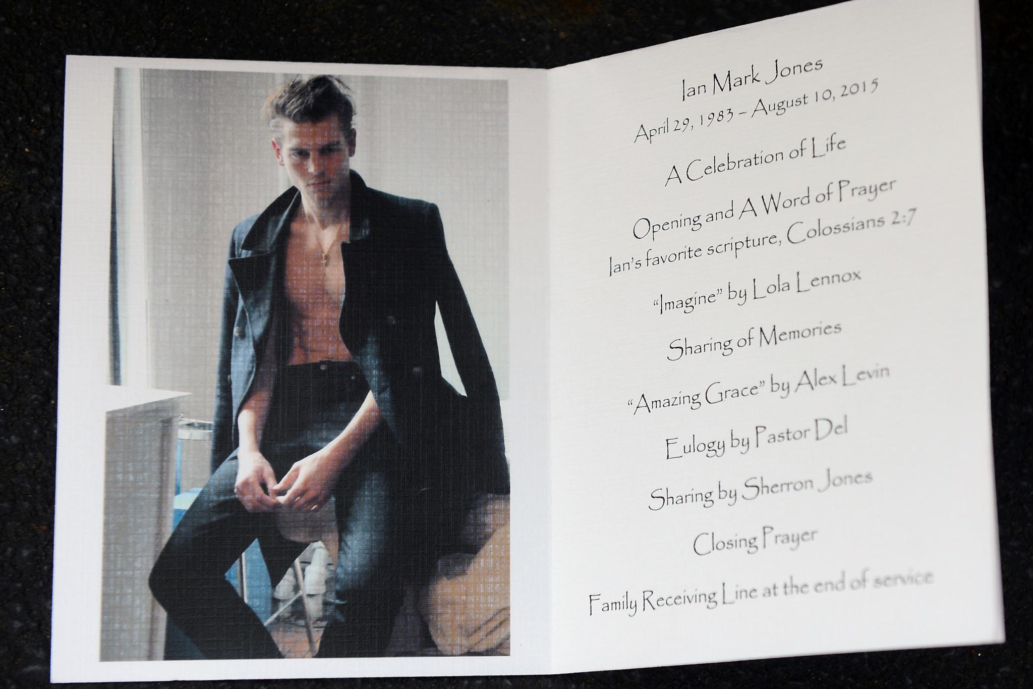 """Ian Jones: Das Programmheft zeigt, dass Lola Lennox den Song """"Imagine"""" für die Gäste sang"""