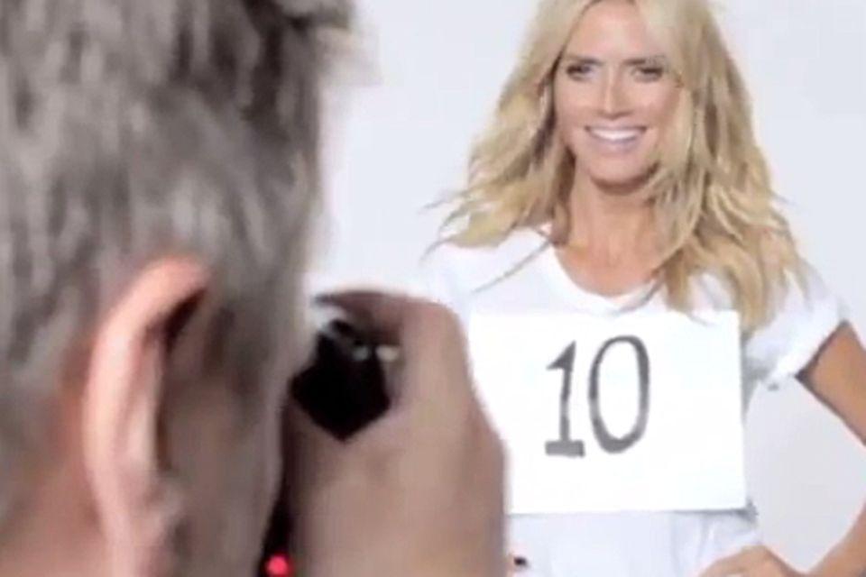 Am Anfang des Videos trägt Heidi Klum noch eine 10.