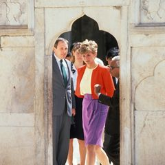 """Im Jahr 1992 besuchte Prinzessin Diana auf einer Indienreise das berühmte Mausoleum """"Taj Mahal"""". Für viele Verehrer war Lady Di eine Fashion-Ikone, die eine gewisse Melancholie umgab."""