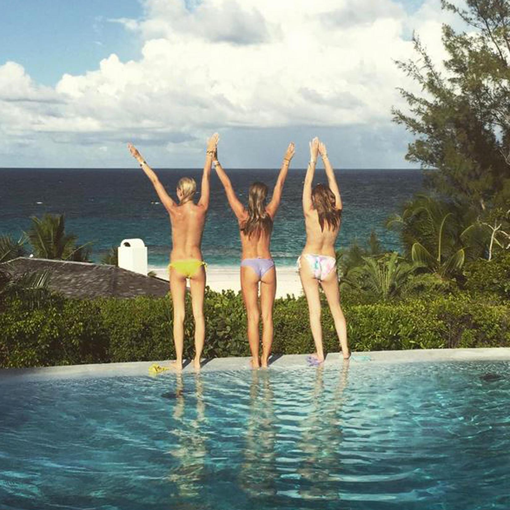 Süßes Beachlife für die Cousinen Prinzessin Maria-Olympia, Talita von Furstenberg und eine Freundin in Harbour Island. Ihr Freund Flynn Busson hat den Schnappschuss auf seinem Instagram-Account gepostet.