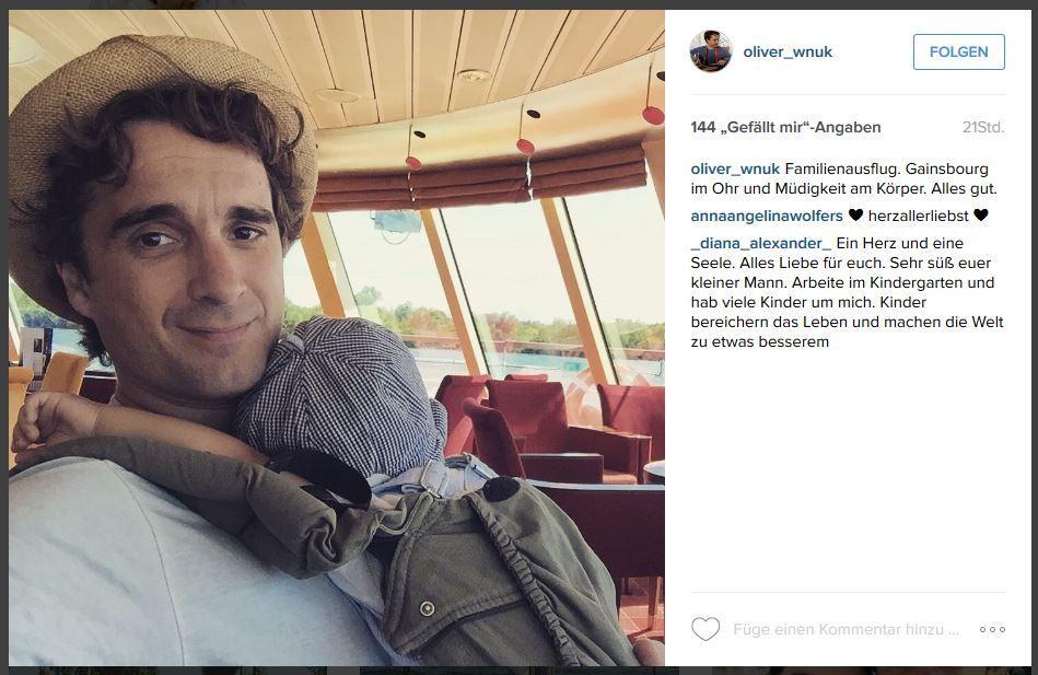 Familienausflug auf dem Wasser: Dieses süße Instagram-Foto postete Oliver Wnuk von sich und seinem Charlie, der sich müde an die Brust seines Vaters schmiegt.