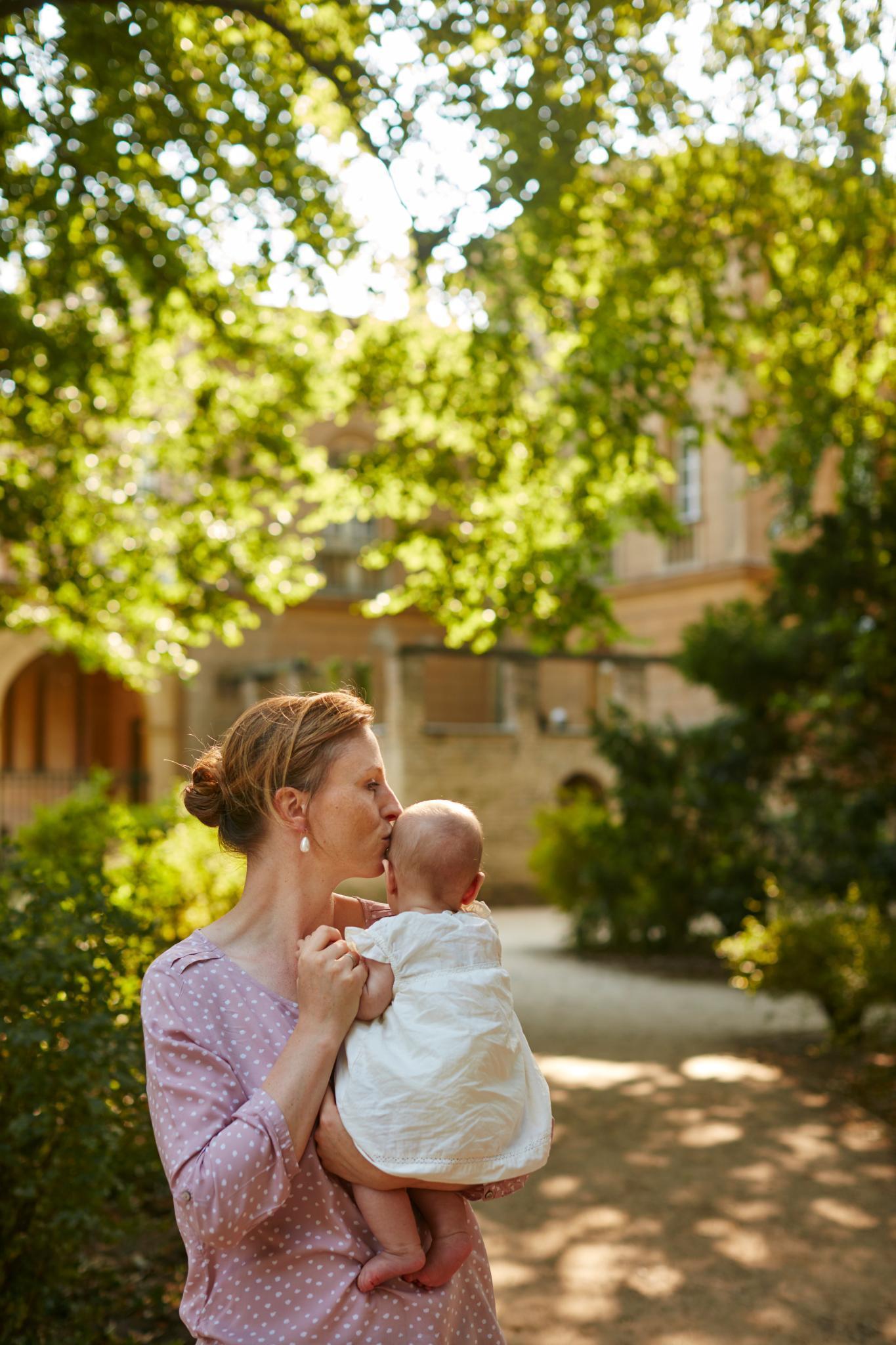 Sophie von Preußen im Park von Sanssouci - hier ist sie eine ganz normale Mutter. Töchterchen Emma Marie ahnt noch nicht, dass Park und Schloss im 18. Jahrhundert von ihrem Vorfahren Friedrich dem Großen angelegt wurden