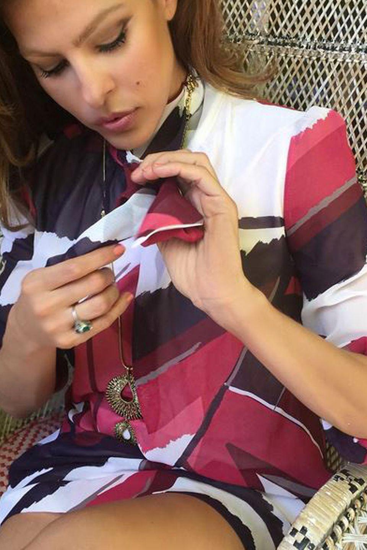 """Fast sitzt er ein wenig locker, aber der wunderschöne Smaragdring ist nun stets auf Eva Mendes' rechter Hand zu sehen, auch wenn sie wie hier am 21. August auf Instagram für ihre Bekleidungs-und Accessoirelinie """"New York & Company"""" wirbt."""