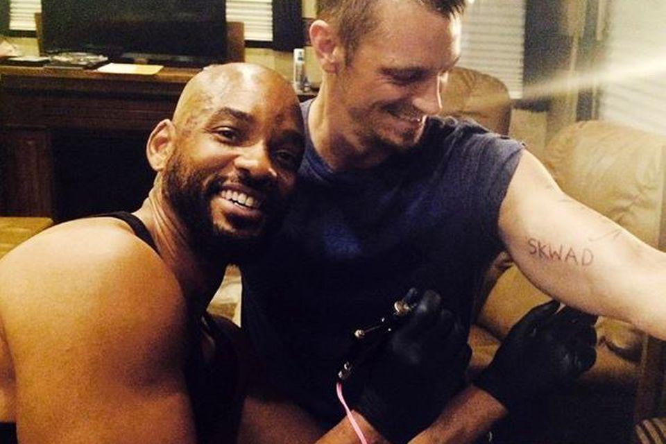 Will Smith verziert den Arm von Joel Kinnaman